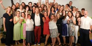 Direktorin Susanne Kunze (ganz links außen) mit Absolventen der Schulen für Sozialbetreuungsberufe Gallneukirchen