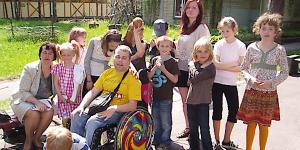 Der Freiwillige Erwin Buchberger auf Einsatz mit einer Schulklasse in Lettland