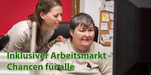 Foto zeigt: Junge Frau mit Behinderung arbeitet am Computer. Hinter ihr ist eine Assistentin. Text: Inklusiver Arbeitsmarkt - Chancen für alle