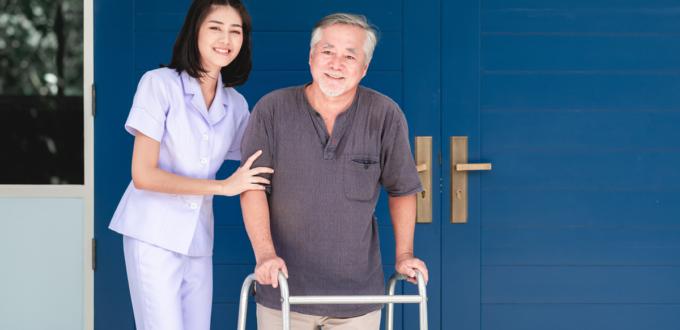 Bild zeigt Pflegekraft und älteren Mann