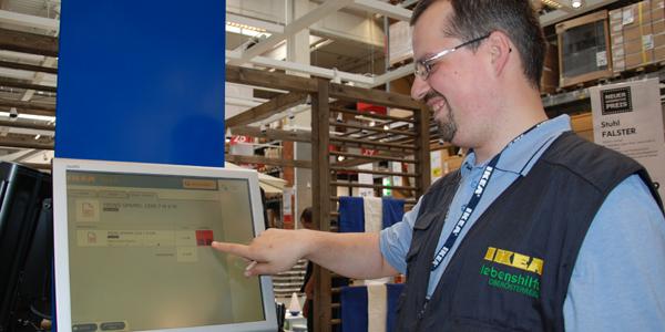 Lebenshilfe-Klient arbeitet bei IKEA.
